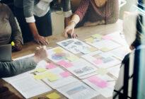 Business Team bei Planung eines Projektes