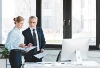 Businessfrau und Businessmann im Gespräch