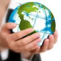 Hände halten einen Globus