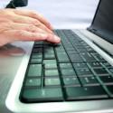 Hand tippt auf Computer Tastatur