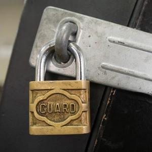 Schloss mit der beschriftung Guard hängt geschlossen an einer Tür