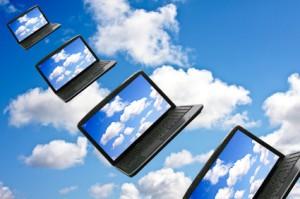 Reihe von Notebooks die durch die Luft fliegen (cloud computing)