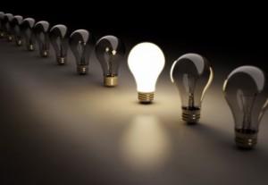raihe an ausgeschalteten glühbirnen wovon eine leuchtet