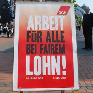 schild des deutschen gewerkschaftbundes für arbeit bei fairem lohn