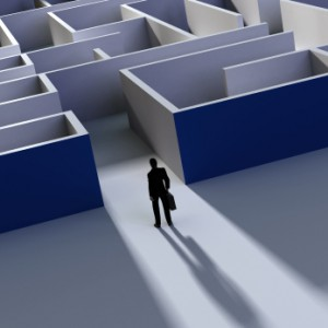 mann steht vor einem labyrinth