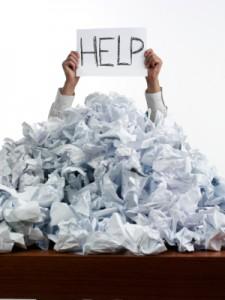 mann unter einem berg von papier mit einem hilfe schild