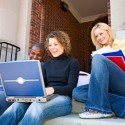 Drei studenten schauen sich sachen auf dem notebook an