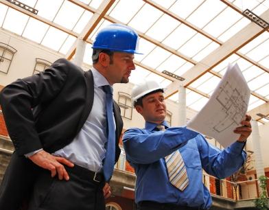 zwei arbeiter schauen auf einen bauplan