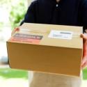 postbote überbringt ein paket