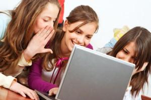 drei mädchen surfen auf einem laptop