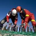 Bauarbeiter auf einem windenergiepark in dänemark