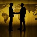 kunde und verkäufer schütteln sich die hand