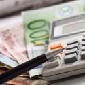 taschenrechner und euroscheine
