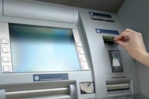 betätigung eines geldautomaten