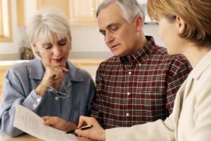 älteres Paar, das zu Hause mit Finanzplaner spricht