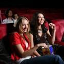 zwei freundinnen genießen einen film im kino