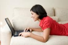 Frau die einen Computer benutzt
