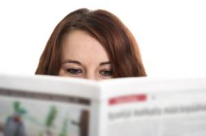 Frau die Zeitung liest