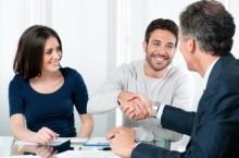 Geschäftsgespräch zwischen drei Personen