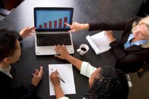 Geschäftsgespräch anhand von Statistiken