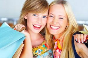 Fröhliche Menschen beim Shoppen
