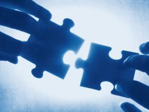 Puzzleteile die zusammengesetzt werden