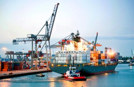 Container Schiff am Hafen
