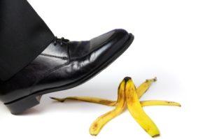Fuß der fast auf eine Bananenschale tritt