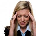 Geschäftsfrau mit massiven Kopfschmerzen