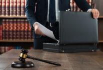 Rechtsanwalt, der Dokumente in seinen Aktenkoffer legt