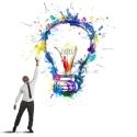 Bunte Glühbirne symbolisiert Innovation