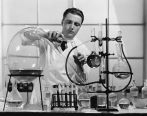 Chemiker hantiert mit Reagensgläsern