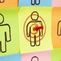 Richten Sie Ihr Kundenkonzept mit Haftnotizen auf Korkbrett