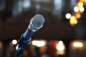 Nahaufnahme von einem Mikrofon in einem Konzertsaal oder Konferenzraum