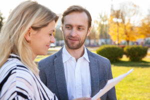Zwei Businessleute im Gespräch im Park