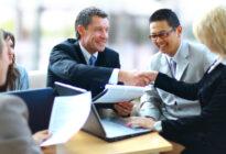 Businessleute, die Hände auf Meeting schütteln