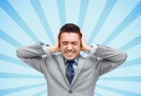 Geschäftsmann in Anzug mit Kopfschmerzen