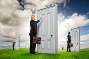 Verkäufer klopft an einer Tür