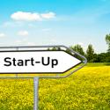 """Schild mit """"Start-Up"""" Schriftzug"""