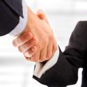 Geschäftsleute, die Hände schütteln