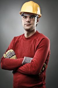 Arbeiter mit Bauarbeiterhelm