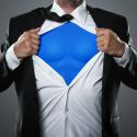 Junger Geschäftsmann, der wie ein Superheld fungiert und sein Hemd zerreißt