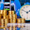 Goldene Münzen, Diagramme und eine Uhr