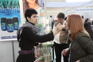 Modeausstellung mit Besuchern