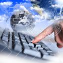 menschliche Hand und Computertastatur