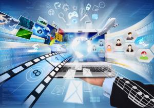 Konzeptionelles Bild darüber, wie ein Laptop das weltweite Teilen von Informationen und Multimedia-Inhalten ermöglicht.