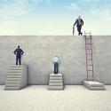 Geschäftsmänner stehen vor einem hinderniss