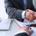 Geschäftsmänner die sich nach einem Meeting die Hände schütteln