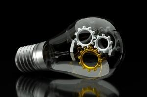 Glühbirne und im inneren Zahnräder