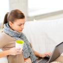 Frau surft Zuhause am Laptop